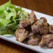 九州から取り寄せる親鶏を使い、炭火でじっくり焼きあげた『親鶏もも肉のにんにく炭火焼』。炭とにんにくの香ばしさが光る肉は、歯ごたえがよく、噛めば噛むほど旨みがあふれてきます。