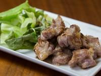 『親鶏もも肉のにんにく炭火焼』は、噛めば噛むほど旨みが増す