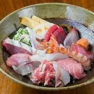 1.5人前ある『刺身の盛り合わせ』は8種類の魚が2切れずつ盛られていて1600円と、かなりお得。養殖ものは使わず、近海ものにこだわった刺身は、魚のおいしさを改めて気づかせてくれます。(写真は海鮮丼)