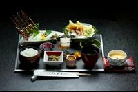 鳥取の夏の風物詩とも言われる剣先いか。 甘味が強く濃厚な味わいが大人気の夏を代表する味覚です。