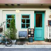 グリーンのドアと窓が印象的。フランスの食堂を思わせる店構え