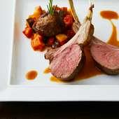 肉汁を閉じ込めた『仔羊背肉のロースト ラタトゥイユ添え』