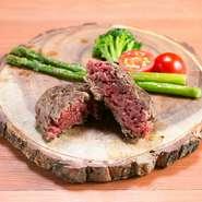 外は香ばしくカリッと焼き上げ、中はレアでいただく、これぞ「肉」というべきハンバーグ。甘みがあって柔らかく、従来のハンバーグが持つ美味しさとはまた違う、牛肉そのものが持つ美味しさが際立った仕上がりです。