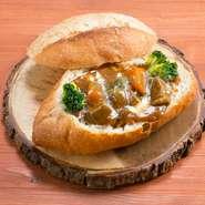 5日間かけて煮込んだ、お店自慢の一品。食べたときに、口の中に広がるお肉の柔らかな食感と味わい深さがたまりません。器として組み合わせているパンにも、お店こだわりが。