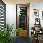 玄関脇に積まれたビール樽とワインボトルが目印
