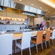 店内に入ると目に止まる鉄板カウンター。厳選された肉や野菜などが目の前で調理される楽しみに心踊ります。カウンター席だけでなくランチでのテーブル席に提供されるものも、このカウンターで調理された料理です。