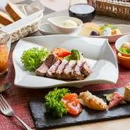 「気軽に、華やかに、彩りよく」がコンセプトのランチセットは、メインをビーフ、チキン、ポーク、魚から選べます。旬の素材を活かした彩り豊かな前菜は見た目も美味。自家製パンとスープはおかわり自由です。