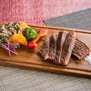 ふっくら柔らかく、脂の旨味たっぷりの黒毛和牛のサーロイン。鉄板の上でジューシーに焼き上げられています。添えられる野菜も地元産の新鮮なものを使用、鉄板で調理することで素材本来の旨味を楽しめるのも魅力。