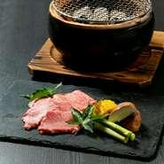 産地でも部位でもない、品質の良さを重視されています。素材の良さを活かすため、味付けはわさびと塩のみ。表面をサッと焼き炭の香りを付けた肉が運ばれてくるので、仕上げはゲスト自らが好みの加減に焼き上げます。
