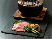 ランプやイチボなどを中心に、肉質やサシの状態などを見極め仕入れる和牛を使用した『黒毛和牛炭火焼き』