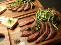 地元長岡で育った越後牛のステーキです。肉は柔らかく適度な脂が乗っており、食べると口の中に凝縮された旨味が広がります。食べやすくカットされたステーキにわさびを添えて頂きます。