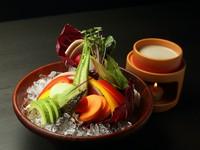 新潟県産の野菜にこだわり、季節に合わせた新鮮な素材を集めた一品です。春は芽を出したばかりの野菜を、冬は根菜を増やすなど、旬を感じられる美しいビジュアルも、おいしさに彩りを添えています。