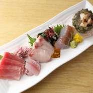 料理の刺身や天ぷらには、寺泊港や出雲崎港で揚がった新鮮な地魚を使用。また新潟のブランド豚、越後もち豚ロース肉を使用した『たれカツ丼セット』といった地元食材を駆使した料理を堪能できます。