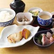 白みそに漬けられたのち、ふっくらと柔らかく焼き上がった銀だらは、西京味噌の香りが食欲をそそる一品。その日に仕入れた新鮮なお刺身と共に提供してくれます。