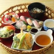 握り寿司三種は、その日仕入れられた新鮮なネタを使用。刺身や、サクっと揚がった天ぷら、温かいそば又はうどん、デザートなど様々な味わいを贅沢に味わえる御膳です。