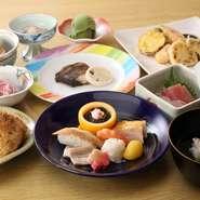 その日仕入れた新鮮な魚を刺身やにぎり寿司に使用。お料理は全体的に京風の上品な薄味で、焼物や煮物、揚げ物、デザートなどの贅沢なコースです。旬の食材をふんだんに使った本格的な会席料理をご賞味ください。