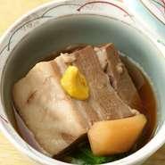 新潟県産のブランド豚である「越後もち豚」は、上質な脂で甘みがあり、きめが細かいのが特徴です。その「越後もち豚」を使用した『豚角煮』は、とろとろになるまで煮込まれ、柔らかい食感が味わえます。
