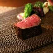 噛めば噛むほど肉の味わいがあふれ出す『ランプステーキ 100g』