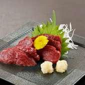 赤身肉の旨さを堪能できる『馬刺し』