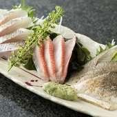 熟練の目利きで厳選した、平塚、小柴、本牧などの近海魚を一皿に『地魚3点盛り』