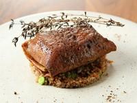 シェフ自慢のスペシャリテ『本日鮮魚のそばガレット包み、シードル風味のブールブランソース』
