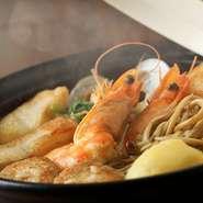 ベースに「シードル」やたっぷりの香味野菜でつくったスープは、澄んでいてあっさりとした味わい。新鮮な魚介類を合わせた洋風寄せ鍋です。