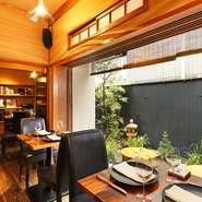 古民家をリノベーションした和の空間で、洗練されたフランス料理を味わうことができるお店です。趣溢れる空間の中、ゆっくりと食事と飲み物をお楽しみくだい。