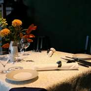 料理も空間も非日常の愉しみにあふれ、二人の特別な時間を過ごすのにふさわしい舞台。メインフロアの他に、プライベート感が高い中2階もあり、こちらの席もオススメ。普段のデートに加え、記念日ディナーにもぜひ!