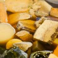 三陸の焼き干しイワシ・昆布・かつをなどをじっくり火にかけて旨みを抽出。京料理の基本調理法を守った優しい味わいに仕上げた京おでんは絶品。この品質をリーズナブルな価格で食べられるのも魅力です。