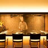 総料理長を中心に、英語での接客もできる料理人がおもてなし