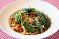 旬の地場野菜をベーコンでいためオリーブオイルで仕上げた野菜たっぷりヘルシーパスタ常連のお客様にも大人気です。 【アレルギー情報】小麦
