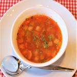 イタリア語の具だくさんのスープという意味のミネストローネ、野菜スープの定番はブイヨンでコトコト煮込み 野菜の甘みがしみ込んだ具だくさんのスープに季節の地場野菜を入れたオリジナルミネストローネなります。