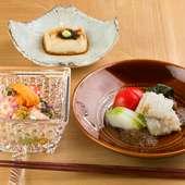 看板料理の焼胡麻豆腐も登場。コースの幕開け『先付け』など3品