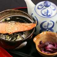 お茶漬けに使用する米は北海道産の2種類の米をブレンドしているほか、『かけうどん』には国内産の黒ばら海苔を使用するなど、国産食材にこだわっています。