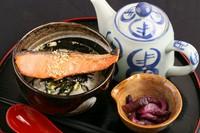 フレーク状の鮭ではなく、肉厚で食べ応えのある、紅鮭の切り身を使った『鮭茶漬け』。出汁の風味を損なわないよう、脂身が少ないものを使用するというこだわりも。