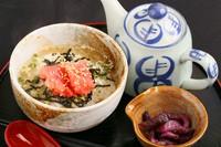 小樽市内にある丸本本間食品が製造するたらこは、「第30回農林水産祭天皇杯」を受賞。『たらこ茶漬け』にはそのこだわりのたらこを使用しており、プチプチとした食感がお茶漬けによく合います。
