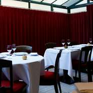 ランチとディナーで雰囲気が異なる、くつろぎの空間