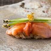江戸前握りの定番だが、あしらいが独創的な『赤貝の握り』
