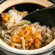 『ローストビーフの土鍋ご飯』は庄内牛のローストビーフ、北海道産のウニ、イクラなどに加え、ご飯にはきのこ、とうもろこし、根菜類など季節に合わせた旬の食材をたっぷりと。春には刻んだ春キャベツが入ることも。