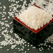 お米は、昭和天皇穀物献上農家が栽培する山形県産「ミルキークイーン」はじめ、富山県「てんたかく」や佐賀県「七夕コヒシカリ」などをラインアップ。仕入れ先に特注するこだわりの精米もお米の味を引き出します。