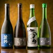 料理を引き立たせるお酒は、「初孫」や「黒龍」「田酒」など、季節に合わせて、同じ米を原料とする日本酒を用意しています。専用の冷蔵庫の前でお客自らがセレクトすることもできます。