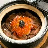 土鍋で炊き上げたご飯に、ローストビーフ、ウニ、キャビアなどをたっぷりと。モッツアレラチーズ入りご飯も濃厚でクセになる味わいです。