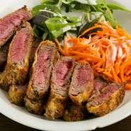 牛ヒレのうま味を逃がさないよう、衣を付けて揚げたカツは柔らかでジューシー。粒マスタードを混ぜた特製ソースも肉の味を引き立てます。