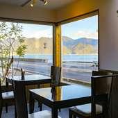 美しい景色を眺めながら、本格的な鉄板洋食が食べられる