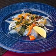 季節の味わいを大切にし、その日一番の鮮魚を使用したカルパッチョ。彩の良い野菜と共にいただくことができます。スパイスとマスタードを絶妙なバランスで組み合わせたソースが、素材の味わいを際立てた一皿。
