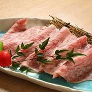 人気の極上やきしゃぶ!鮮度の良い肉を使っているので、軽くあぶるだけで肉の旨味が口いっぱいに広がります。脂がしつこくなく、肉本来の味が堪能できる極上の食感です。是非、当店に来られたら食べて欲しい逸品!