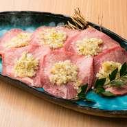 味がしっかりついているので、何もつけずに食べれる牛タンは噛むほどに旨味が口いっぱいに広がります。一皿サービスでついてくるネギ塩を焼いた後、一緒に食べると美味!! ネギ塩タンのファン続出です。