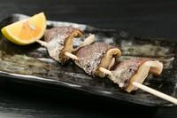 徳島産「しいたけ侍」を使用。旨み濃く香りが強い肉厚でジューシーな味わいを土佐備長炭焼の串焼きで堪能できます。