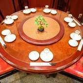 子供用のイスや円卓テーブルもあり、ファミリーでの食事に最適
