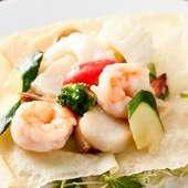 旬の国産野菜と、ぷりっとした食感の海老などを使用した『海鮮三種と野菜のあっさり炒め』